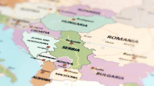 vídeos de stock, filmes e b-roll de sérvia de europa no mapa do mundo - sérvia