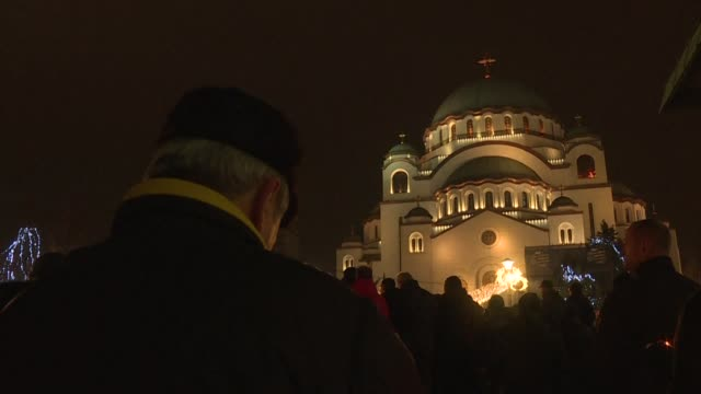 vídeos y material grabado en eventos de stock de serbian orthodox church followers march to the saint sava church in belgrade for a mass prayer amid tensions over a controversial religious freedom... - belgrado
