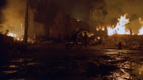 vidéos et rushes de a serbian tank slowly rolls through a burning city during the war in kosovo. - conflit