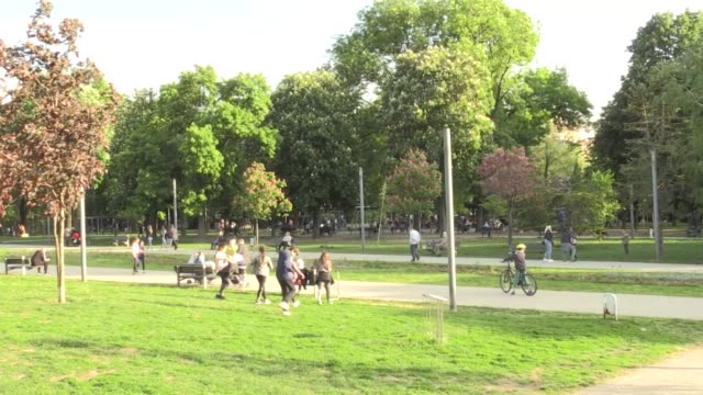 vídeos y material grabado en eventos de stock de serbians flock to the streets to jog, cycle and enjoy the nice weather on may 07, 2020 in belgrade after serbia lifted a state of emergency and night... - number 9