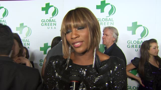 vídeos de stock e filmes b-roll de serena williams on what she's wearing, being a part of the night, what she's doing to go green, her new solar paneled house, why it's important to go... - festa do óscar