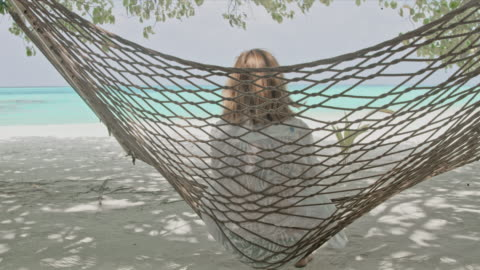 ms heitere frau in hängematte am idyllischen tropischen ocean beach, malediven - rear view stock-videos und b-roll-filmmaterial