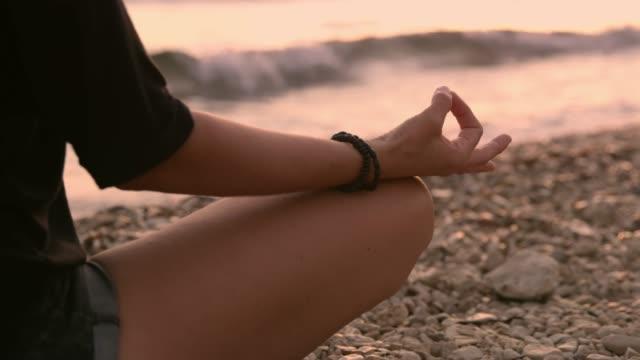 Serene vrouw mediteren op strand, slow-motion