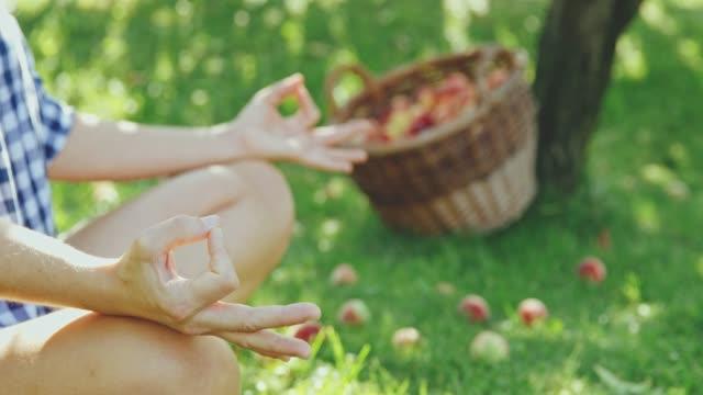 Ruhige Frau, meditieren, eine Pause von der Ernte Pfirsiche, Slow-motion