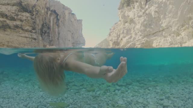 アドリア海に浮かぶmsセリーヌの若い女性 - 水中カメラ点の映像素材/bロール