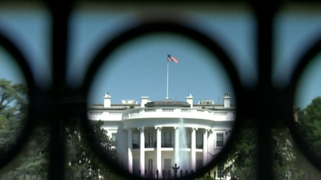 countries around the world to expel russian diplomats t230318005 / 2332018 usa washington dc ext the white house seen through railings pull the white... - la casa bianca washington dc video stock e b–roll