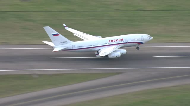 expelled russian diplomats leave the uk england essex stansted airport ext russian aircraft carrying russian diplomats expelled from the uk following... - botschafter stock-videos und b-roll-filmmaterial