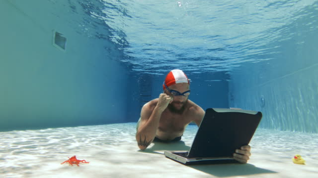 vídeos de stock e filmes b-roll de tv series addicted man: using laptop underwater - homens pelados