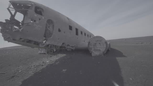 vídeos de stock e filmes b-roll de series of dolly shots of crashed plane in iceland - acidente de avião
