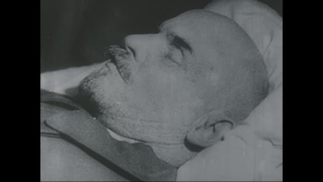 stockvideo's en b-roll-footage met a series of shots of vladimir lenin laying in state - opgebaard liggen