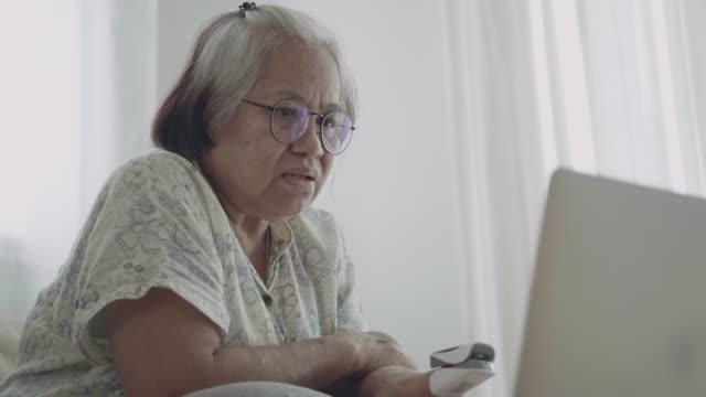 vídeos de stock, filmes e b-roll de mulheres serionas fazendo consulta on-line. - braço humano