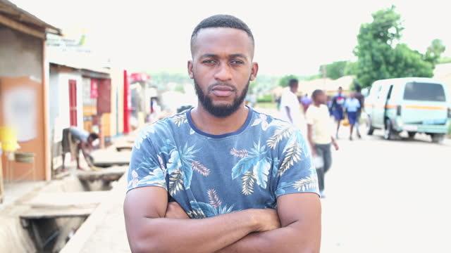 vidéos et rushes de homme africain sérieux avec les bras croisés regardant la caméra - vidéo portrait