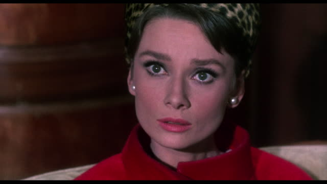 1963 serious cia agent (walter matthau) warns woman (audrey hepburn) of mortal danger - schockiert stock-videos und b-roll-filmmaterial