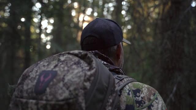エルクを聞く深刻なエルクハンター - camouflage点の映像素材/bロール