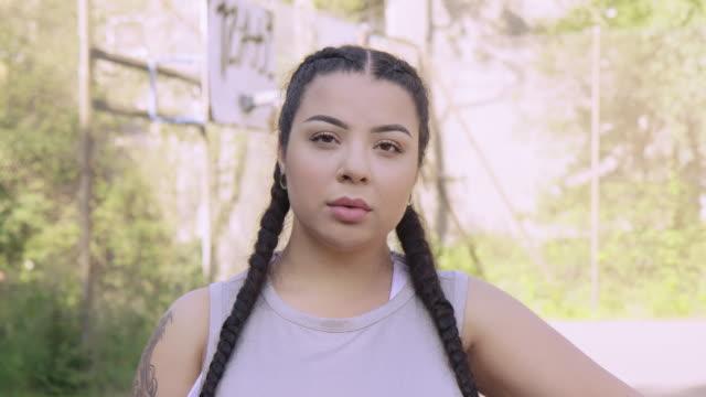 vídeos de stock, filmes e b-roll de atleta fêmea sério na corte de basquetebol - sério