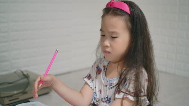 slo mo 宿題をしている真面目な女の子 - 宿題点の映像素材/bロール