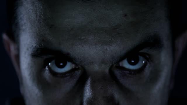 vídeos de stock, filmes e b-roll de câmera olhando homem sério - olhando para cima