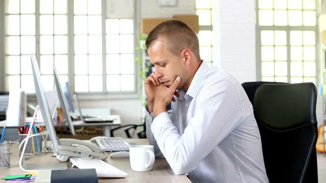 vidéos et rushes de hd serieux homme parler sur un téléphone intelligent en milieu de travail - seulement des jeunes hommes