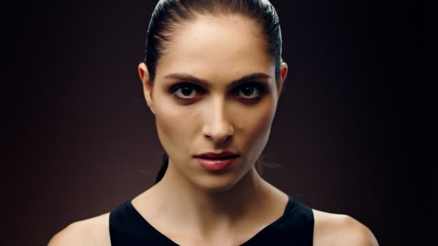 grave etnia mediorientale donna cura della pelle - sfondo marrone video stock e b–roll