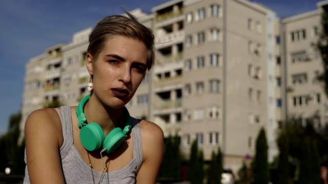 stockvideo's en b-roll-footage met serieuze tiener meisje kijkt naar camera. tiener problemen. - alleen één tienermeisje