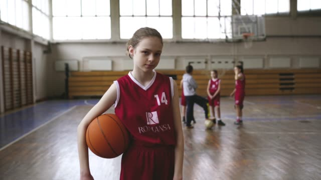 vídeos de stock e filmes b-roll de serious teenage girls holding basketball ball - meninas adolescentes