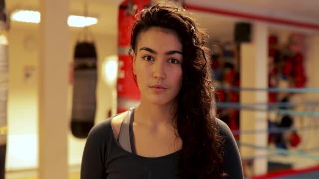 深刻な女性インストラクター ボクシング - 権力点の映像素材/bロール