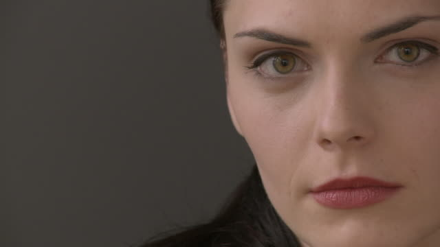 vídeos de stock, filmes e b-roll de cu serious woman looking at camera / berlin, germany - mulheres jovens