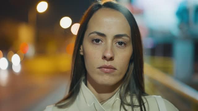 vidéos et rushes de femme sérieuse - visage sans expression