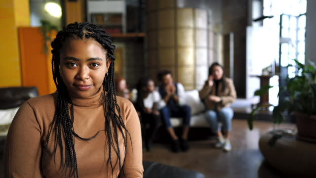 vídeos de stock e filmes b-roll de serious young african woman with braided hair - braided hair