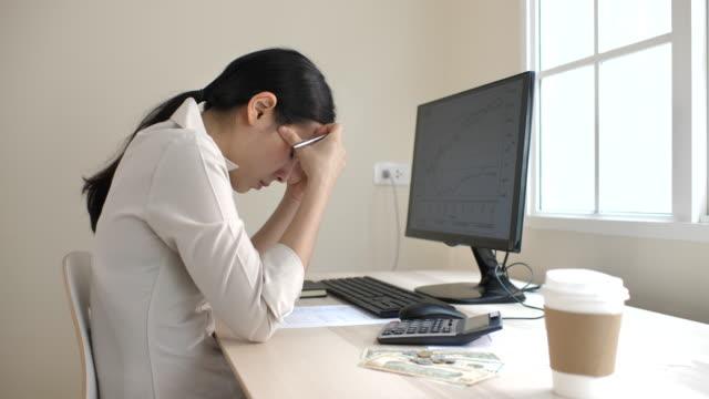 まじめな女性金融レポートを見て - 不安点の映像素材/bロール