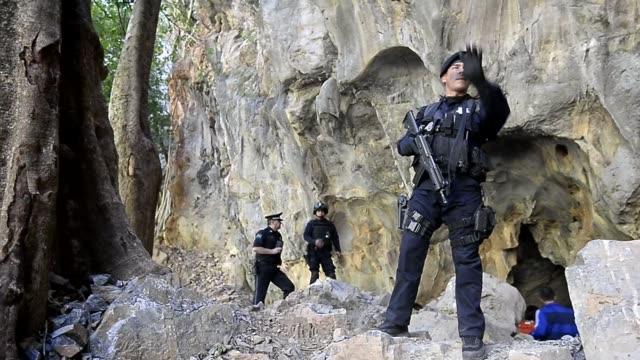 servando gomez la tuta el capo mas buscado de mexico hasta su detencion el viernes estaba escondido en una claustrofobica cueva donde solia encerrar... - michoacán video stock e b–roll