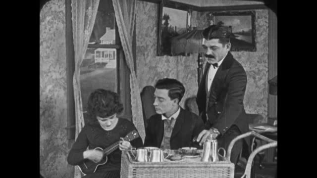 1921 servant slips a drug into man's (buster keaton) tea - 1921年点の映像素材/bロール