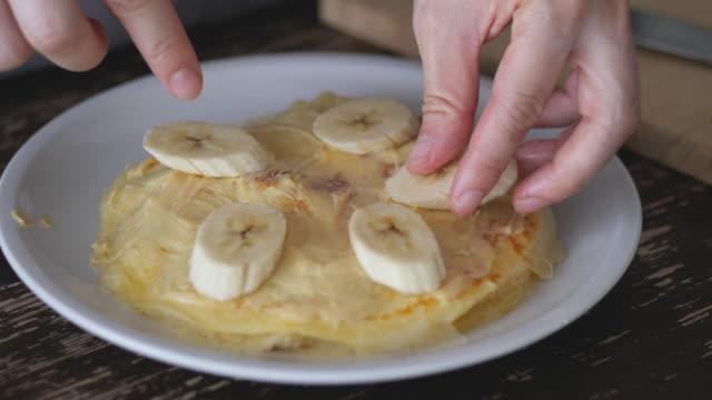 クレープにバナナを添えてお召し上がりください。 - カスタードクリーム点の映像素材/bロール