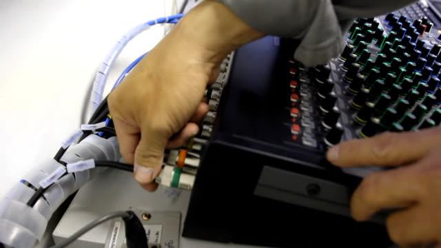 サービスおよびチェック - マイク点の映像素材/bロール