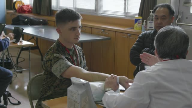 vidéos et rushes de service members and local japanese locals donate blood at marine corps air station iwakuni japan march 12 2019 - sang humain