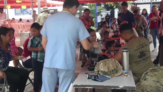 service members assigned to operation beyond the horizon 2018 el salvador assist with the setup of a medical readiness exercise site on may 26 2018 - proiezione evento pubblicitario video stock e b–roll