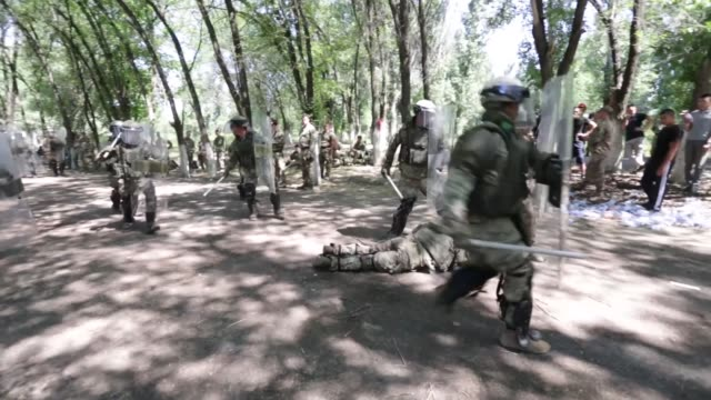 vídeos de stock e filmes b-roll de service members from kazakhstan united kingdom united states of america tajikistan and kyrgyzstan train together with riot shields in simulated crowd... - coligação