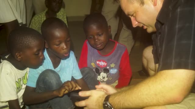 stockvideo's en b-roll-footage met service members from nigerien air base 101 in niamey spend some time with the children of a nearby orphanage - hoorn van afrika