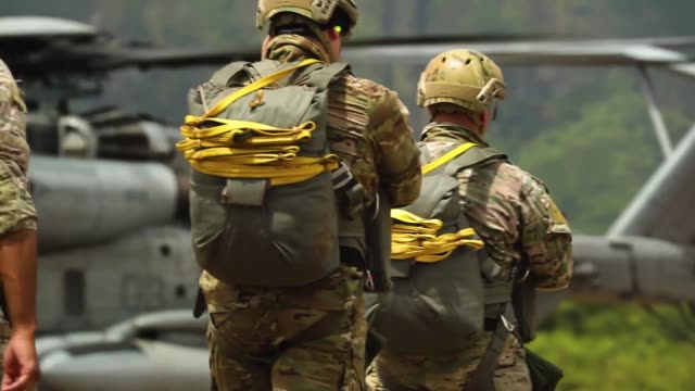stockvideo's en b-roll-footage met us service members with special operations command conduct parachute operations from ch53 super stallion nd mv22 osprey at marine corp training area... - militaire training