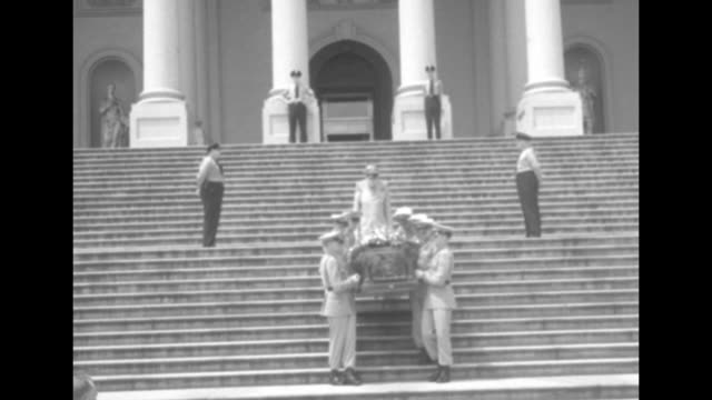 ls us servicemen carefully approach bearing flowercovered coffin of sen robert taft down the steps of the us capitol / they load the coffin into a... - membro del congresso video stock e b–roll