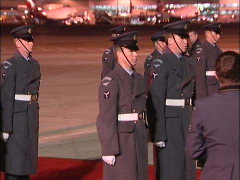 vídeos de stock e filmes b-roll de servicemen prepare red carpet guard of honour in advance of state visit arrival of president george w.bush - exército britânico