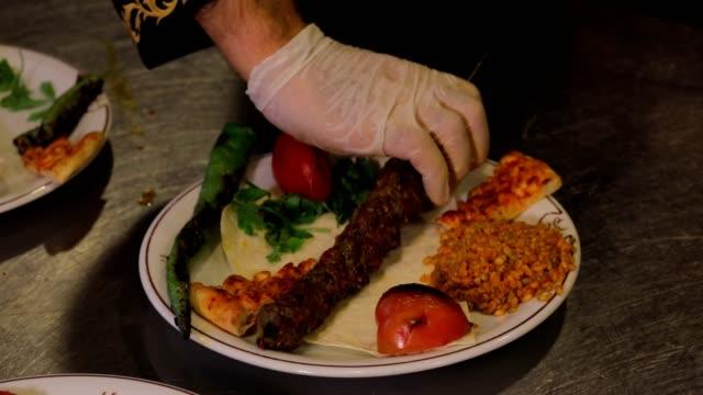 アダナ料理、炭の上でジューシーな肉のシッシュケバブを調理 - 一人前の量点の映像素材/bロール