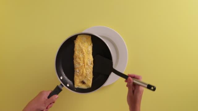 serving an omelette - マッシュポテト点の映像素材/bロール