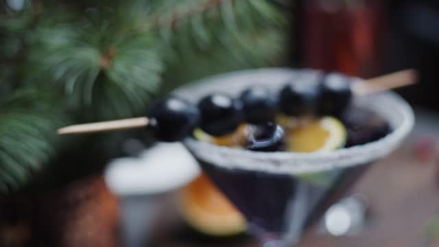 vidéos et rushes de servir des mocktails de noël - raisin noir