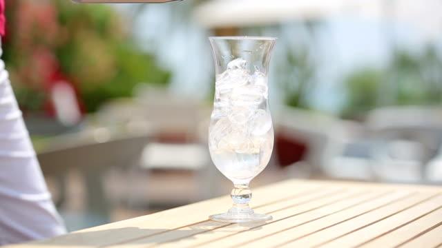 Som serverar cocktail