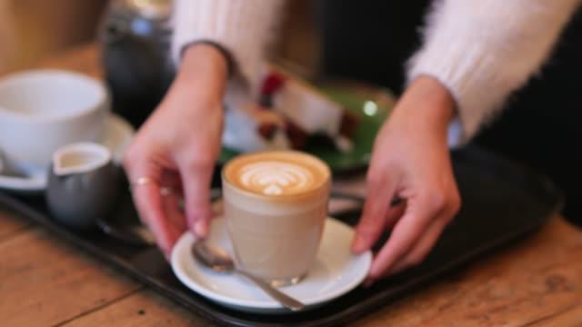 portion kaffee und kuchen - platzieren stock-videos und b-roll-filmmaterial