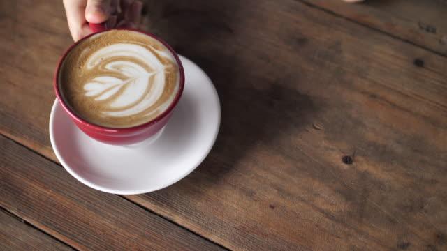vídeos y material grabado en eventos de stock de se sirve café - taza de té