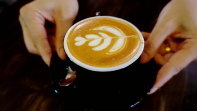 vídeos de stock e filmes b-roll de serving coffee - servir comida e bebida