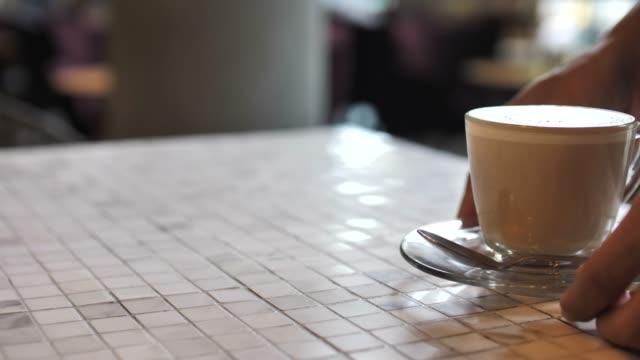 vídeos de stock e filmes b-roll de serving coffee - empregada de mesa