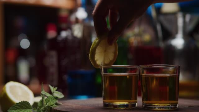 vidéos et rushes de servir des boissons colorées au bar à la maison - deux objets